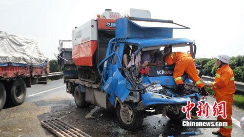 农用车违规上高速追尾图片