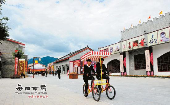 一对青年在平凉崆峒古镇骑双人自行车游览(图)