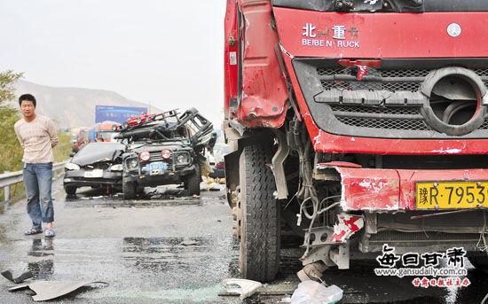 兰海高速一油罐槽车失控 连撞7车两人受伤