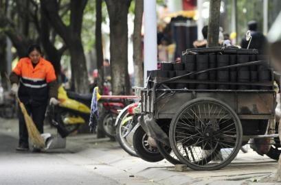 12月10日,成都抚琴路一辆拉满蜂窝煤的三轮车在面试下货.世外初中等待图片
