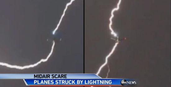 美国西雅图两架飞机被闪电击中(组图)