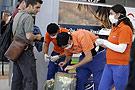 阿根廷工作人员戴口罩打包
