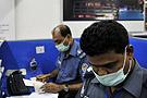 孟加拉机场人员在办理手续