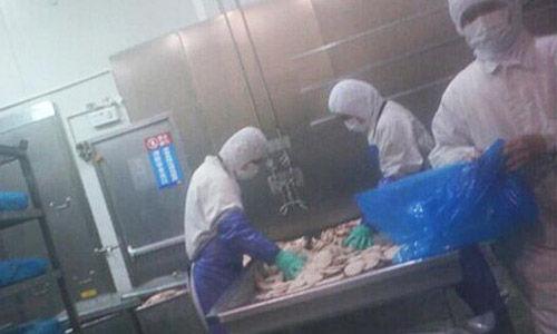 麦当劳、肯德基、必胜客等国际知名快餐连锁店的肉类供应商,美资企业、上海福喜食品有限公司被曝存在大量采用过期变质肉类原料的行为。