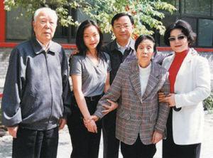 万里与家人:万里(左一)、边涛(万里夫人,左四)、万季飞(万里四子)、王晓民(万季飞妻子)和万宝宝(万里孙女)