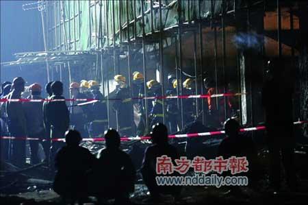 在建高楼顶层突然坍塌至少2名工人被活埋(图)