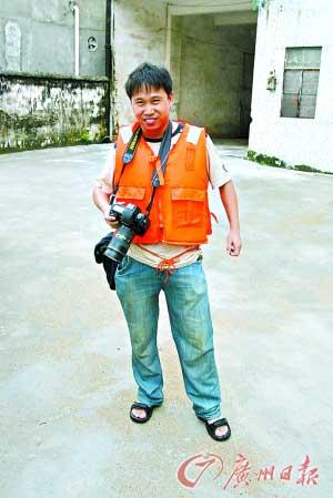 摄影记者采访洪灾落水自救获救一刻仍高举相机