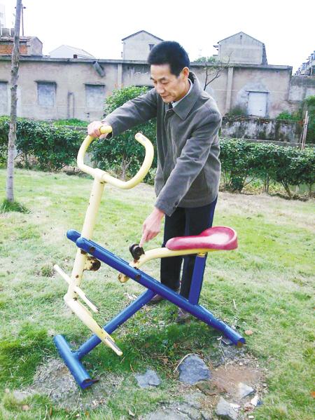 社区公园内的健身器械咋老坏?