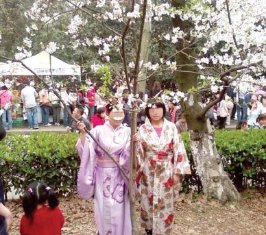 母女穿和服在武大樱园拍照遭十余人轰赶(图)