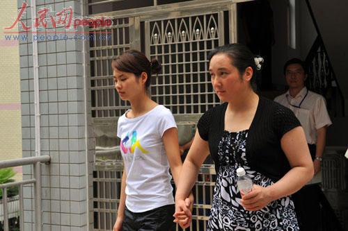 邓玉娇一审被判免除处罚恢复自由