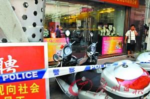 金店遭2名持枪劫匪洗劫经理被枪击