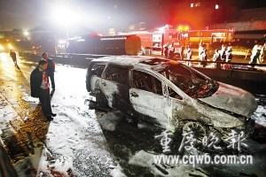 油罐车侧翻柴油泄漏致过路车烧毁(图)