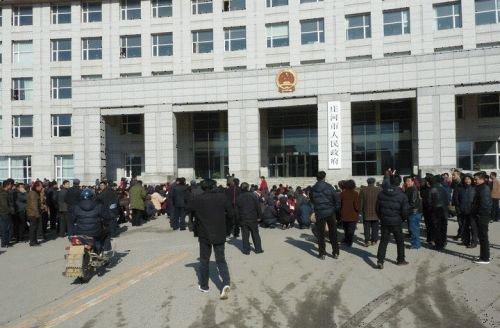 千余村民为反映腐败问题在市政府门口集体下跪