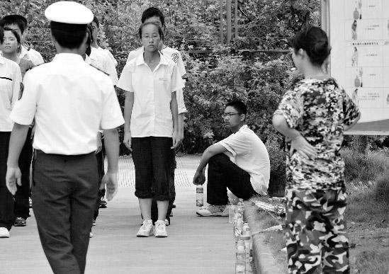 网帖称学生高温军训致6人晕倒引热议