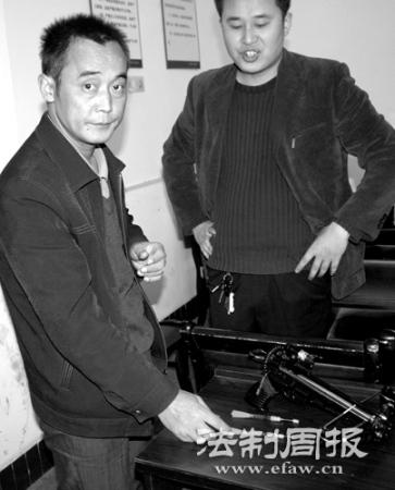 姚长君(左一)持弩投案自首。(警方供图)