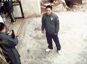 监控拍下男子手中拿着类似枪支的物体
