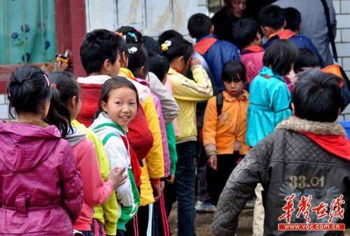 孩子们正在排队等候。