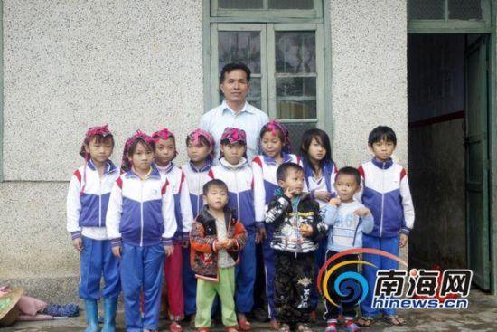 李修雄在放学后和学生们合影(南海网记者高鹏摄)。