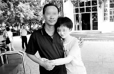 阿珠被释放后与父亲拥抱在一起