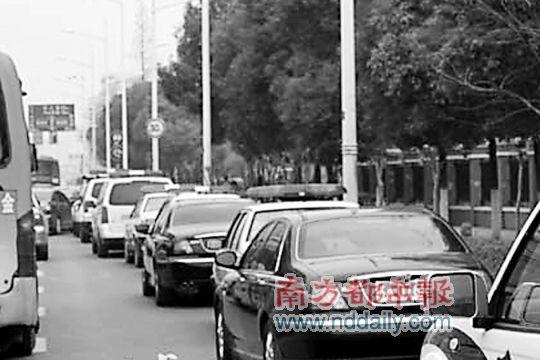 """百米""""警车队""""停在公交车道。"""