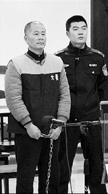 杨有明(左)受审