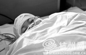 姐姐小雪手术后一直昏迷,病情危重。 记者 胡聪 摄