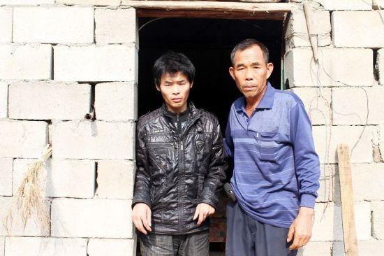 """图为:继父为杨力搭建的""""创业小石屋"""""""