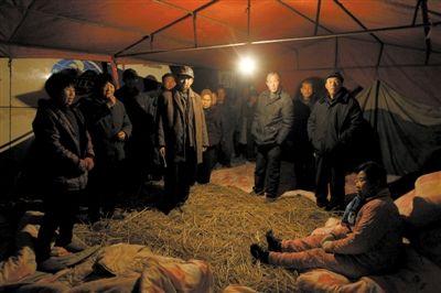 安徽颍上县迪沟镇,村民在扣留的大巴车旁搭起帐篷。