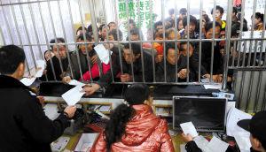 众多农民工凭购票证明前来领取自己的火车票和身份证。