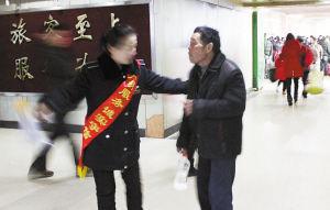 车站工作人员上前劝阻旅客老李不要喝酒(照片由汽车总站提供)