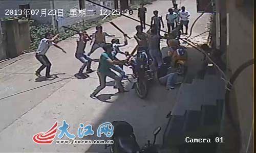 高清图—江西上饶鄱阳县城大芝路北关村中学生街头将人砍死