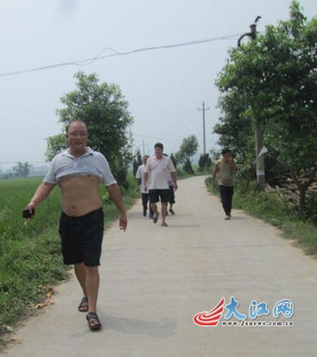 吉水县八邑镇毛家村村顶书毛建华(最前面)和参加以打人的几个村民