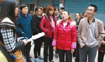 现场目击者向记者介绍情况。图片来源:华西都市报