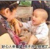 好心人来看望,孩子开心地笑了。
