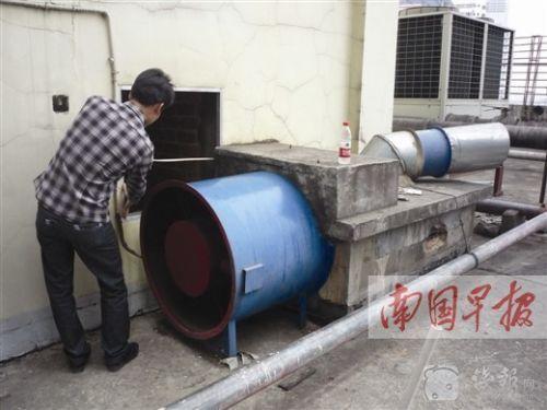 楼顶烟囱没有拆开前,开口仅有30多厘米宽。