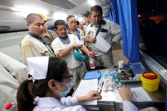 工人们在献血车里献血