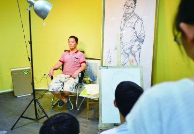 儿子<a href=http://epaper.dyrbao.com/ target=_blank class=infotextkey>的</a>活 8月28日,长沙市岳麓区银盆南路,匡正轩在一个美术培训学校做人像模特。