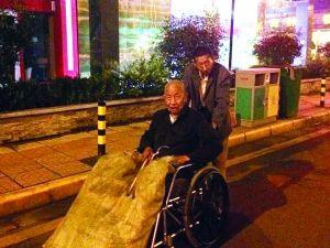 修车老人因一句气话收养流浪老人二十多年