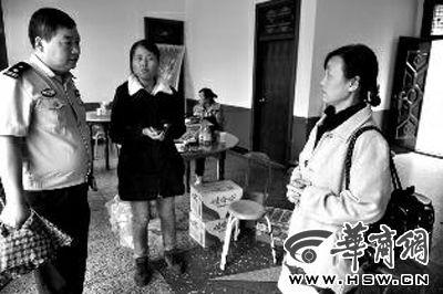 昨日下午,思思的母亲(右)见到民警急忙打听搜寻的情况 华商报记者 赵彬 摄