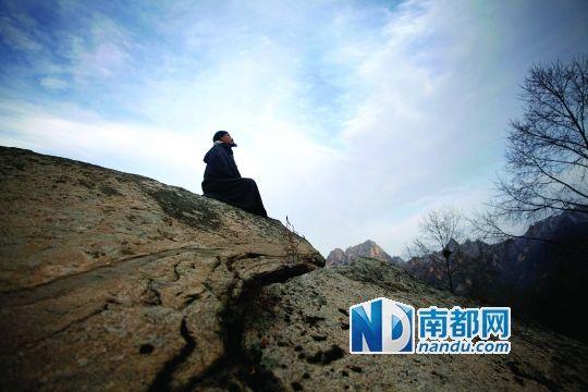 11月1日下午5点左右。太阳落山前,38岁的刘景崇在一块大岩石上打坐修行。他曾是佛山一家企业的总经理,年薪百万,如今常年隐居终南山。南都记者 陈志刚 摄