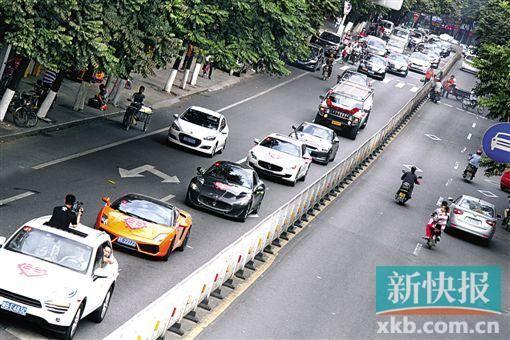 百辆豪车组成的送亲车队。 新快报记者 王永强/摄