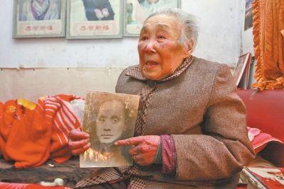 郑廉堂拿着丈夫蒋介民的遗像回想往事