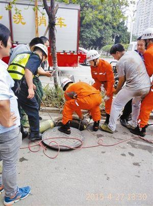 救火员正在紧迫施救。图像由目睹者供给
