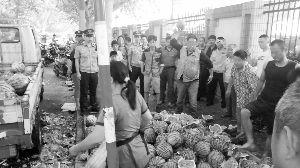 法律记载仪视频中,瓜农和几个运营户在砸西瓜