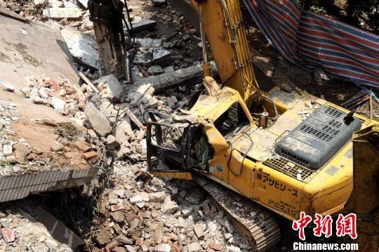 广州一拆建高楼发作坍塌,开工钩机司机被砸身亡。 崔煜坤 摄