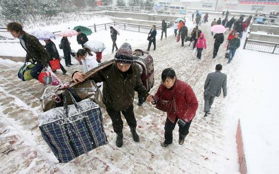 武昌火车站外一对前往随州的夫妇搀扶着上阶梯.