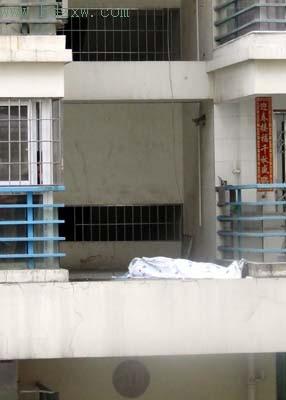 五旬男子坠楼身亡居民称其是局级官员(组图)