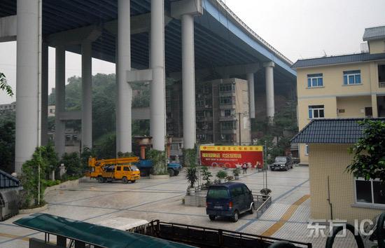 组图:6层楼房栖身高架桥下