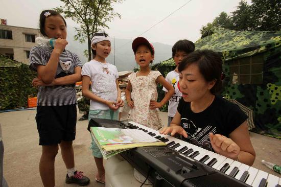 图文:志愿者辅导灾区小学生排练端午联欢节目