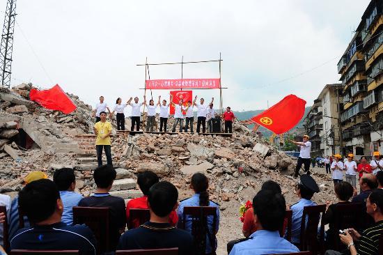 图文:演员在陕西略阳废墟上进行慰问演出